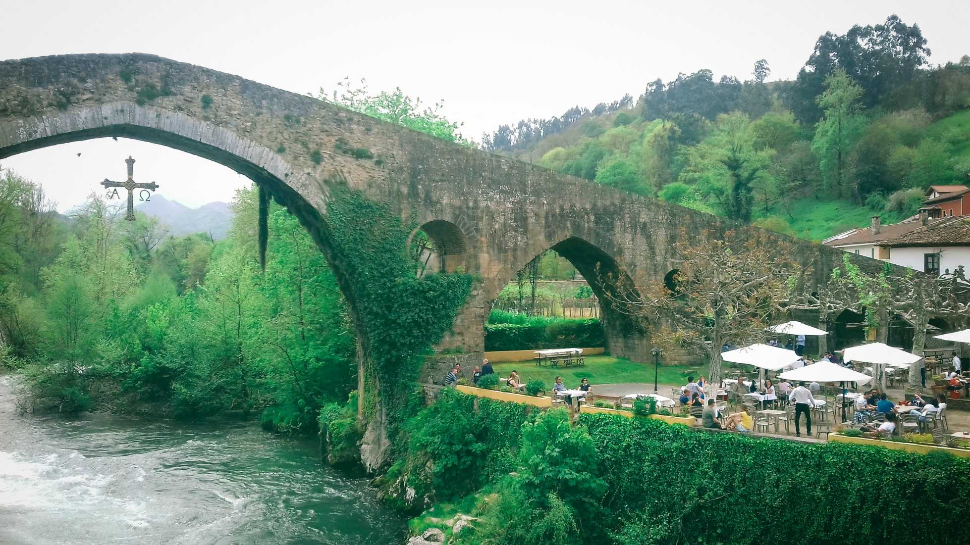 The bridge and visitors in Cangas de Onis